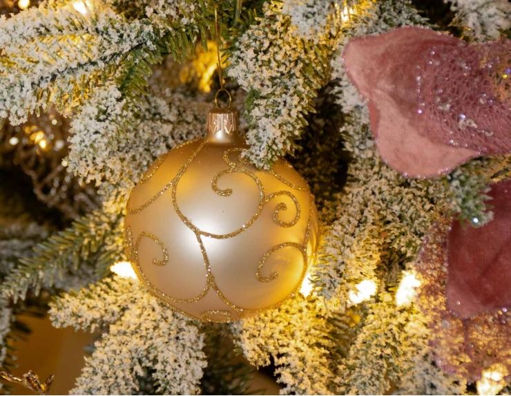 Boule de Noël en verre dorée...
