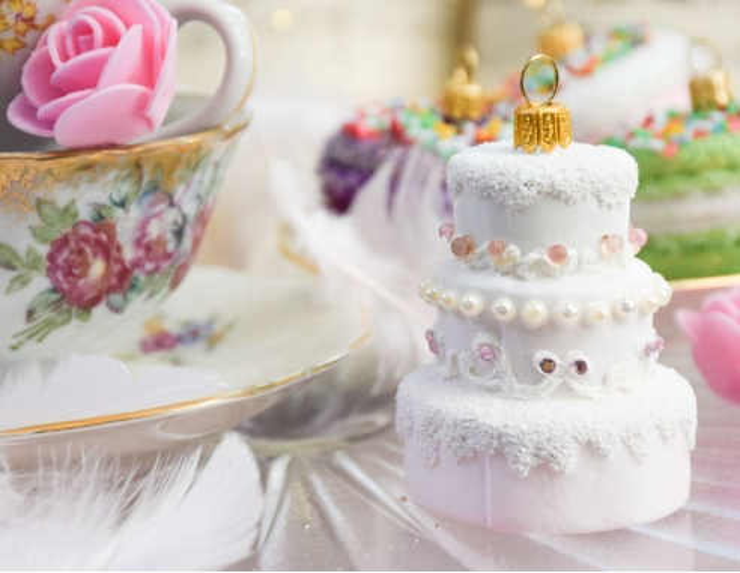 Suspension gâteau de mariage blanc et...